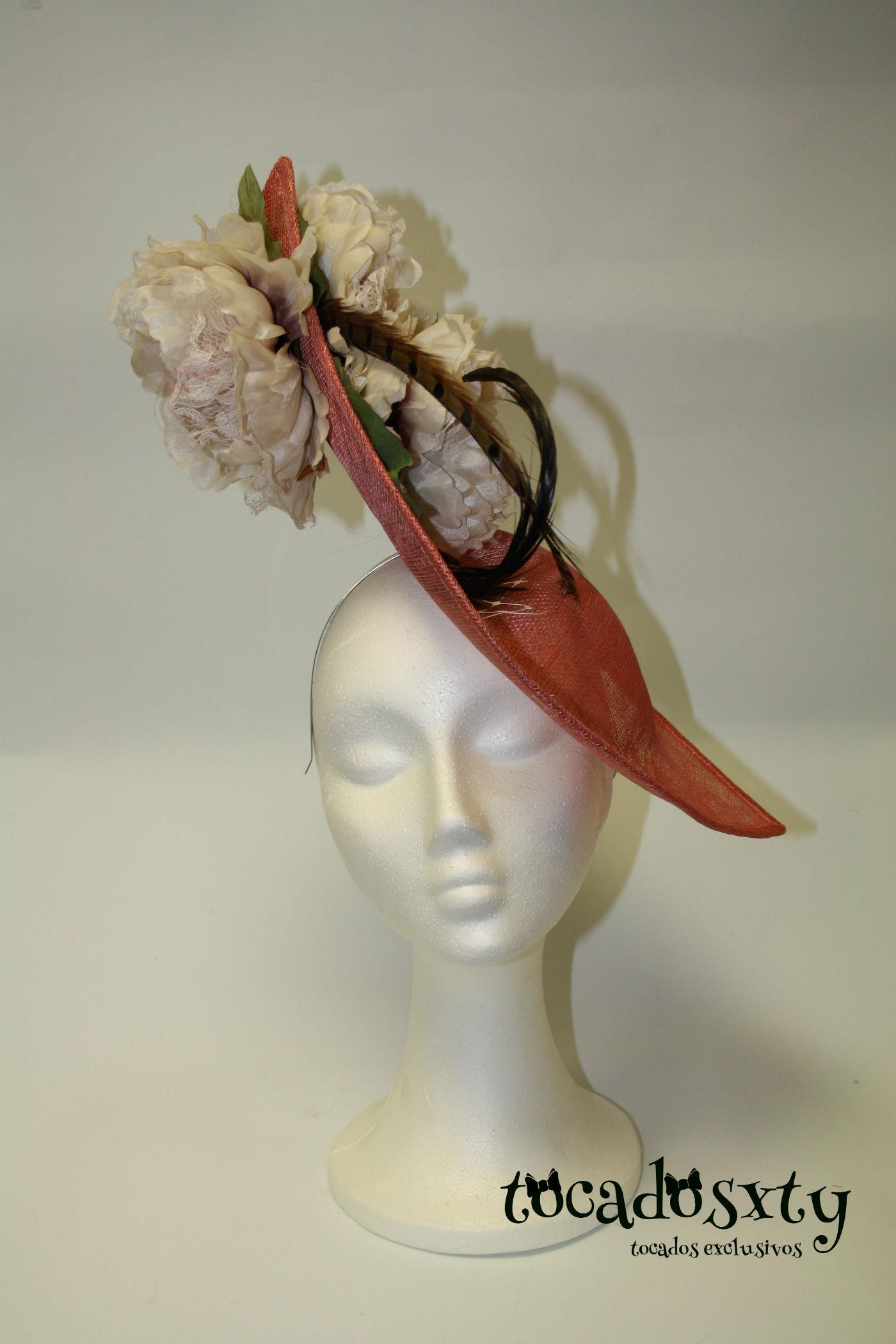 tocado-grande-en-coral-con-flores-y-plumas-w